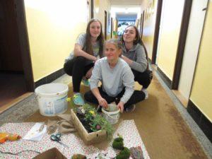 studenti přesazují květiny
